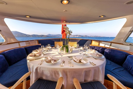 MOTOR YACHT SECRET LIFE AFT DINING