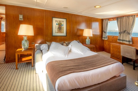 MOTOR YACHT SECRET LIFE VIP CABIN BED