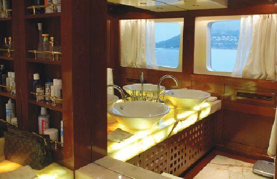 Classic Motor Yacht Ariete Primo Bathroom