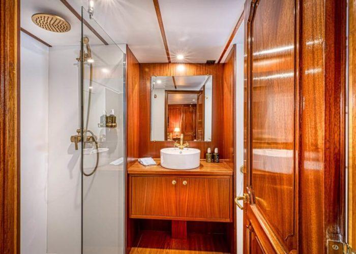 Classic Motor Yacht Chantella Bathroom