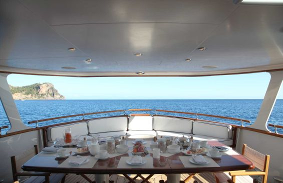 Classic Motor Yacht Heavenly Daze Aft Deck Dining
