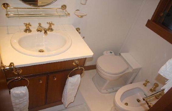 Classic Motor Yacht Lady Hoo Bathroom