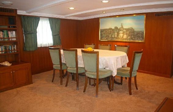 Classic Motor Yacht Lady Hoo Dining Table