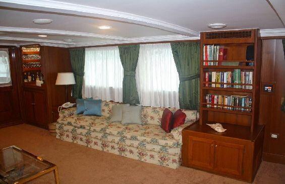 Classic Motor Yacht Lady Hoo Saloon