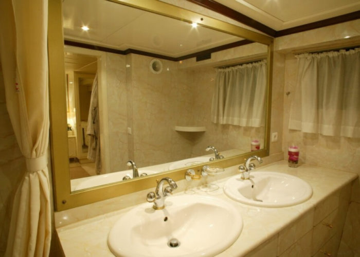 Classic Motor Yacht Le Kir Royal Bathroom