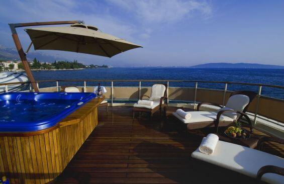 Classic Motor Yacht Seagull II Hot Tub