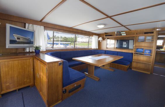 Classic Motor Yacht Stella Nova Saloon