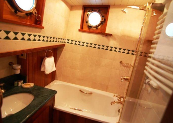 Classic Motor Yacht The Randle Master Cabin Bathroom