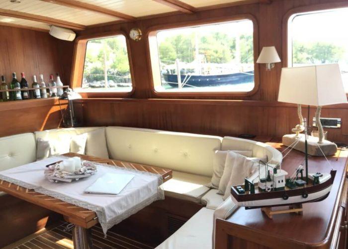 Classic Sailing Yacht Montecristo Saloon