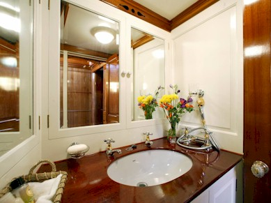 Classic Sailing Yacht Moonbeam IV Bathroom