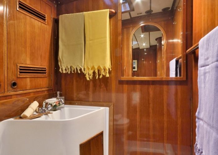 sailing yacht Tangaroa bathroom