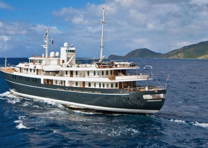Classic Motor Yacht Sherakhan Cruising