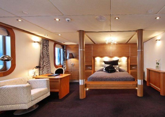 Classic Motor Yacht Sherakhan Four Poster Cabin