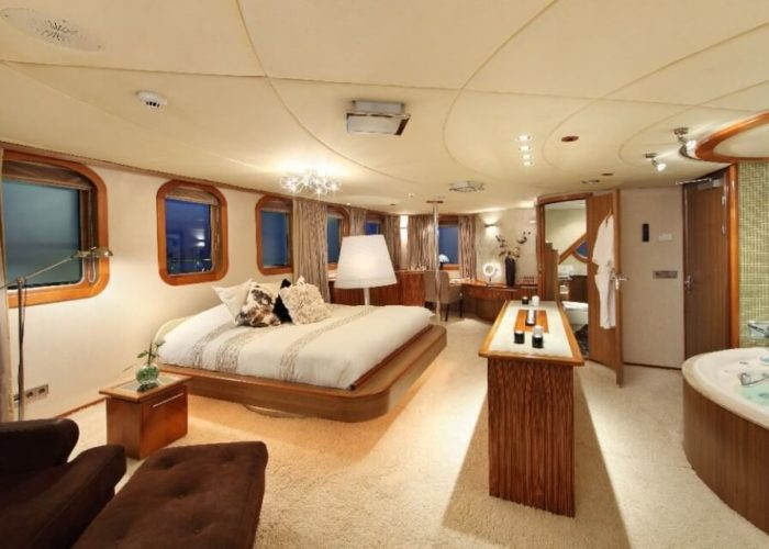 Classic Motor Yacht Sherakhan Master Cabin