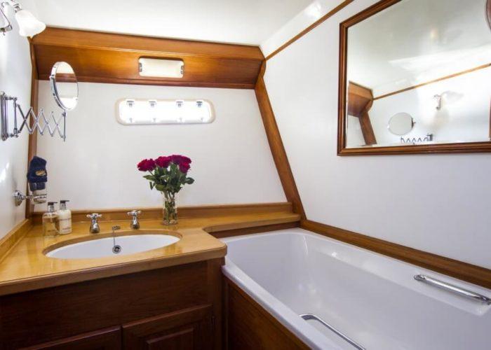 Classic Motor Yacht Rum Jungle Bathroom