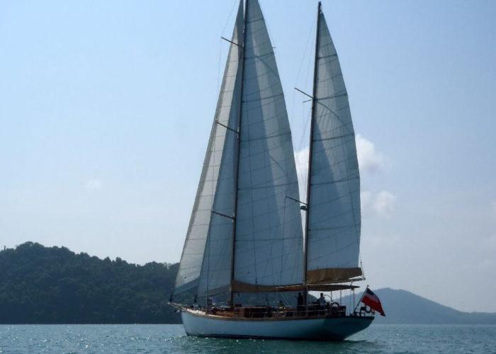 Classic Sailing Yacht Aventure Sailing Astern