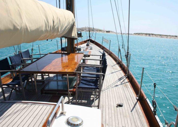 Classic sailing yacht Yanira deck