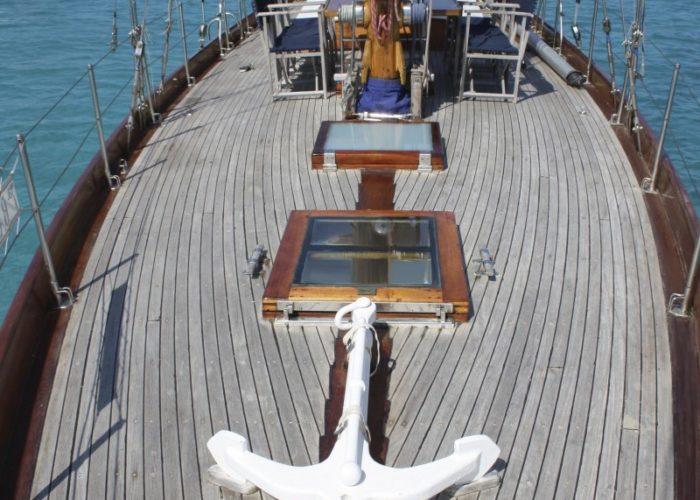 Classic sailing yacht Yanira foredeck