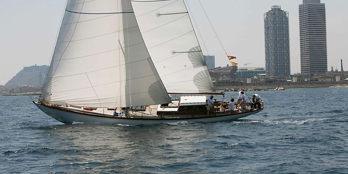 Classic sailing yacht Yanira under sail