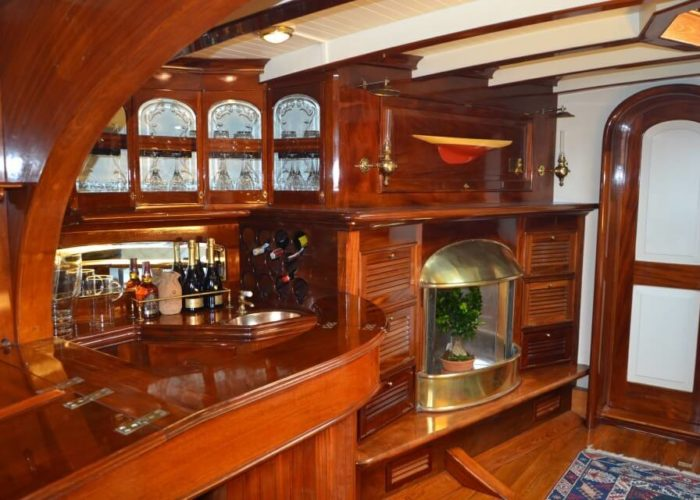 Classic Sailing Yacht Whitefin Bar