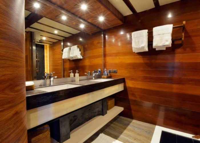 Classic Sailing Yacht Lamima Vip Bathroom