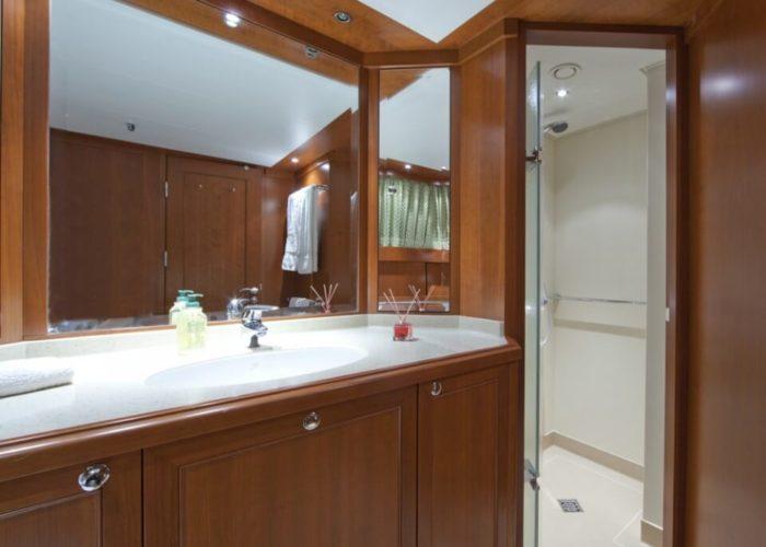 Classic Motor Yacht Cornelia Guest Bathroom