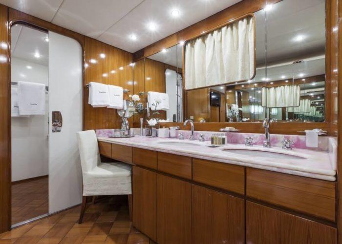 Classic Motor Yacht South Paw C VIP Bathroom