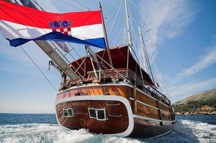 Classic Sailing Yacht Nostra Vita Stern View