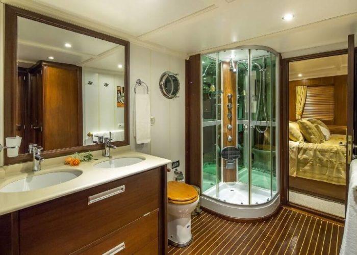 Classic Motor Yacht Donna Del Mare Master Bathroom