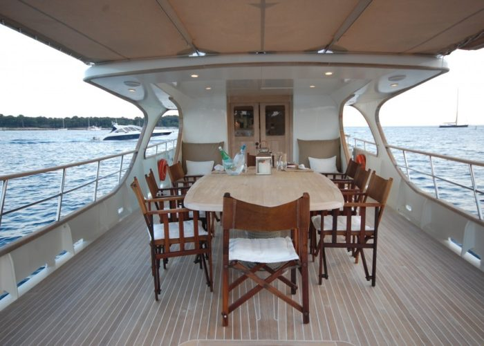 motor yacht Conquest aft deck dining