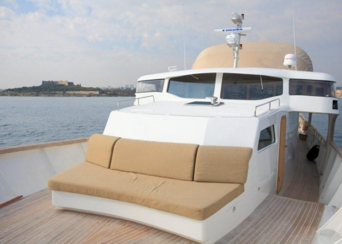 motor yacht Conquest forward seating