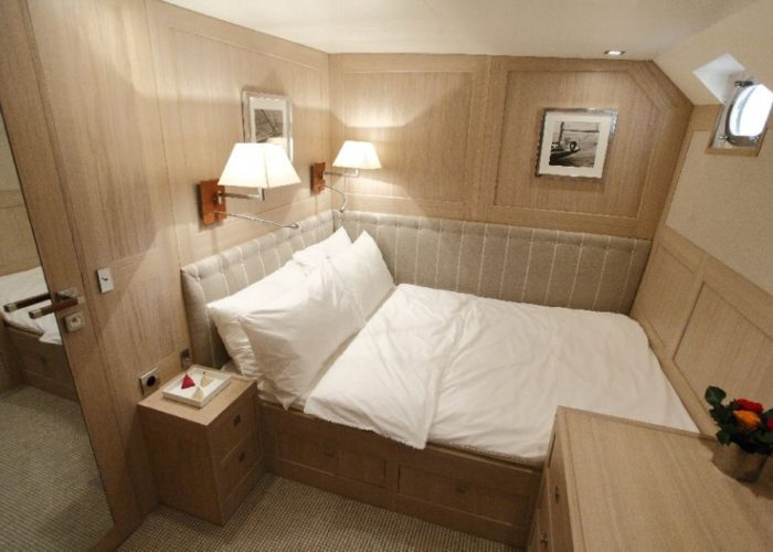motor yacht Conquest VIP cabin