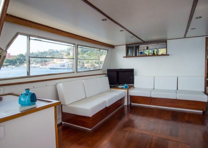 Classic Motor Yacht Bayview Saloon