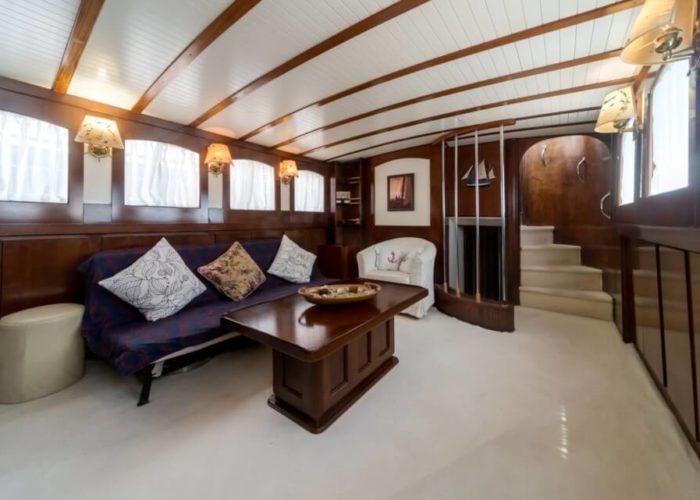Classic Motor Yacht Amanda Main Saloon