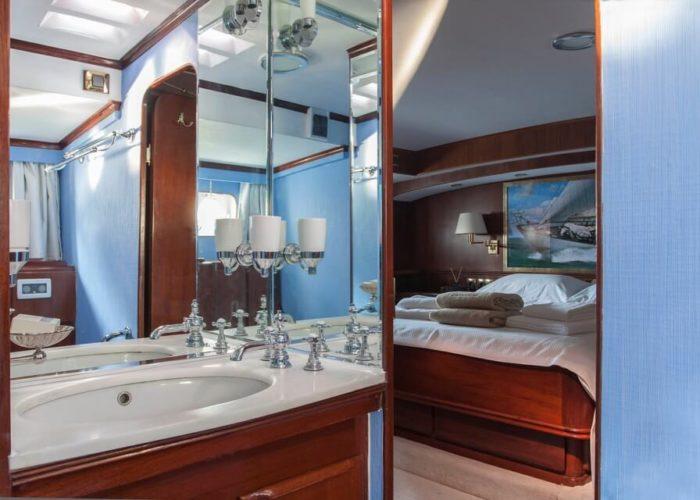 Classic Sailing Yacht Lamadine Bathroom