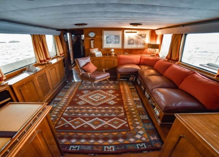 Classic Motor Yacht Entrancer Saloon