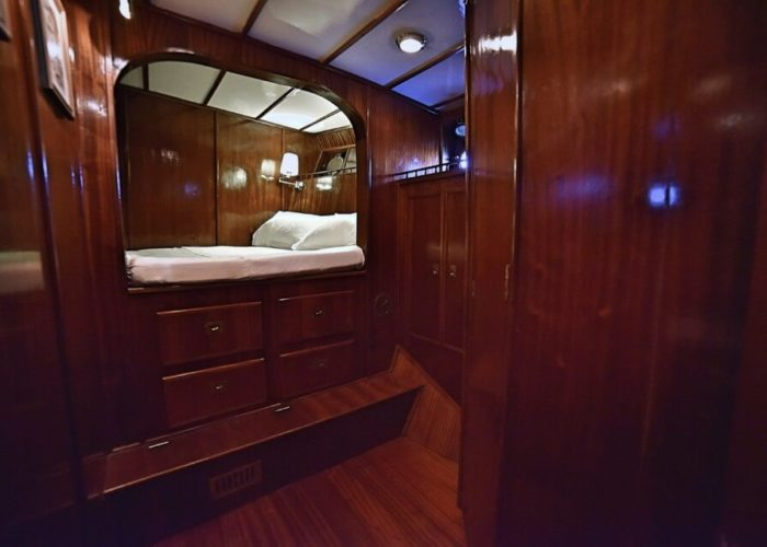 Classic Motor Yacht Entrancer Single Cabin