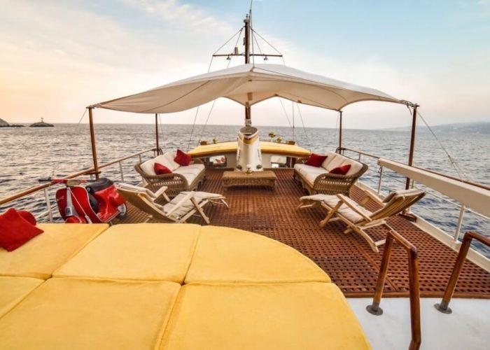 Classic Motor Yacht Entrancer Sundeck