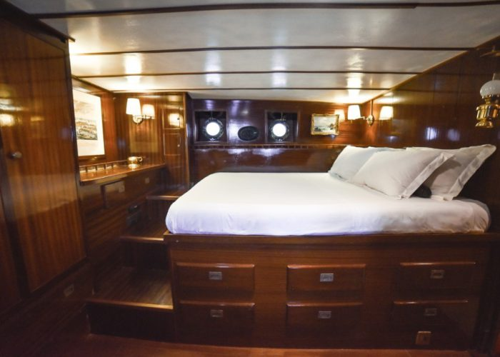 Motor Yacht Entrancer cabin