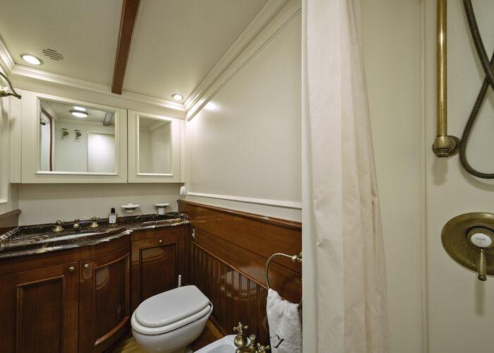 Yacht invader bathroom 2