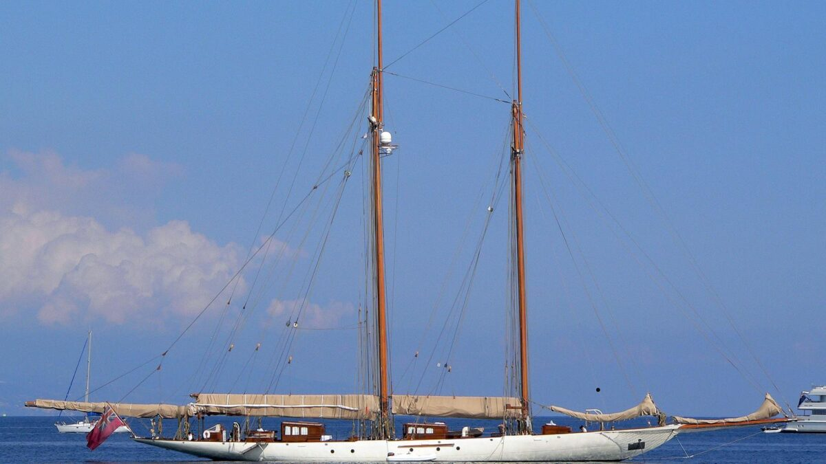 sailing yacht invader profile