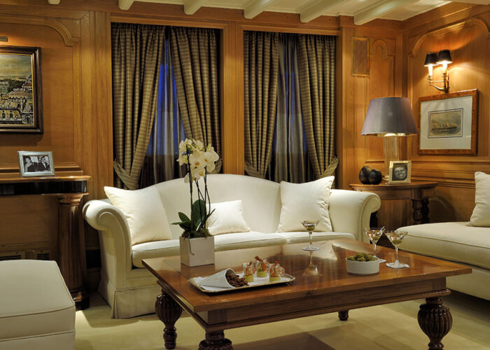 classic motor yacht christina o interior lounge.jpg