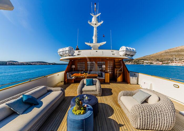classic motor yacht je to je external sundeck lounge.jpg