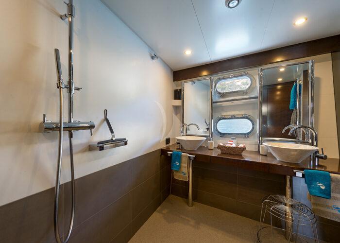 classic motor yacht monara interior bathroom2.jpg