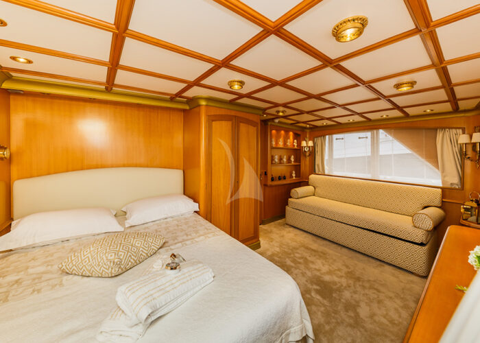 classic motor yacht to je to bedroom view2.jpg