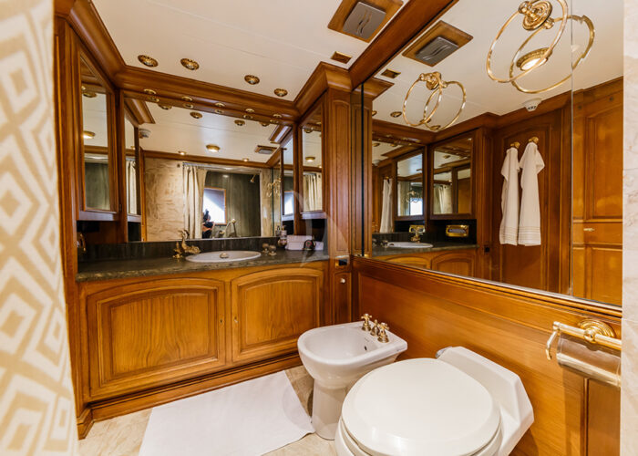 classic motor yacht to je to interior bathrom.jp g
