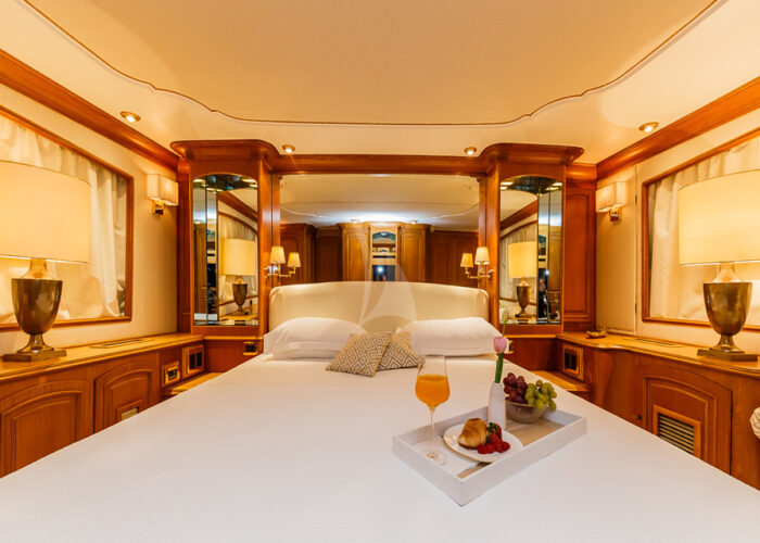 classic motor yacht to je to interior master bedroom.jpg