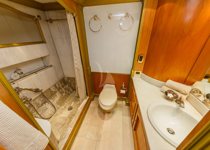 classic motor yacht to je to interior powder room.jpg