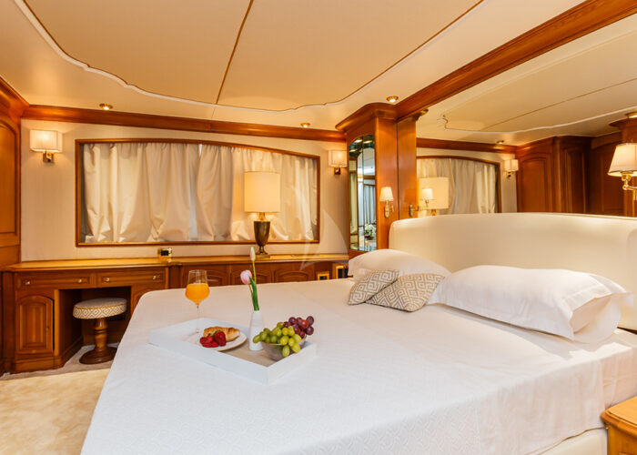 classic motor yacht to je to master bedroom 2.jpg