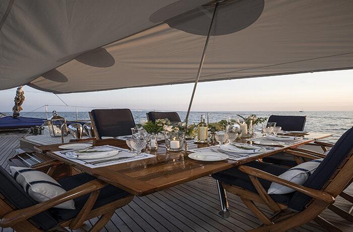 classic sailing yacht alexofloflondon alresco dining.jpg